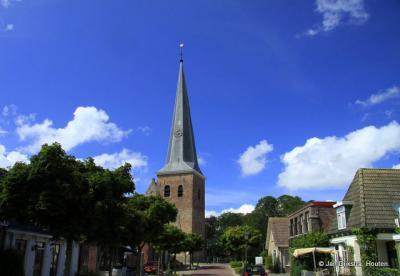 Holwerd met zicht op de Hervormde Sint-Willibrorduskerk uit1776.