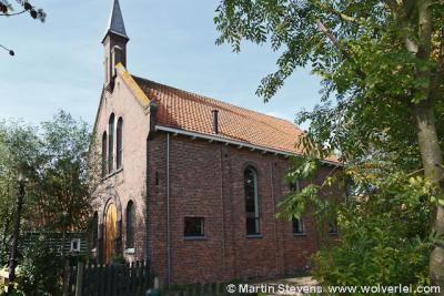 De Gereformeerde kerk van Holysloot op nr. 37 dateerde oorspronkelijk uit 1891 en is tijdens de watersnood van 1916 vernield en daarna herbouwd. In 1996 aan de eredienst onttrokken en herbestemd tot woonhuis.