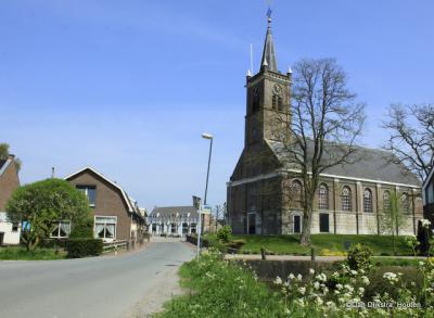 Hoog in het dorp Hoogblokland staat de Hervormde kerk
