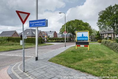In mei 2012 had Hooglanderveen aan de Van Tuyllstraat naast de alternatieve borden met gestileerd panorama (op de oude plek van de komborden) ook nog de officièle blauwe komborden. Deze zijn later alsnog verwijderd.