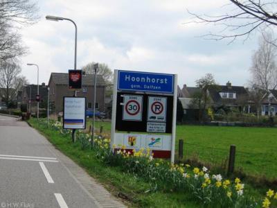 Het dorp Hoonhorst heeft officiële blauwe plaatsnaamborden (komborden) maar ligt qua postadressen 'in' Dalfsen.