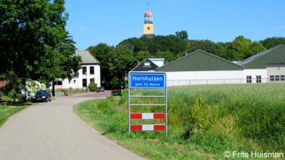 Hornhuizen, dorpsgezicht, met de markante kerktoren als 'landmark'