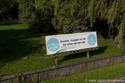 Horstermeer, de inwoners zijn het niet eens met de 'nieuwe natuur' in hun gebied en laten dat merken met o.a. spandoeken