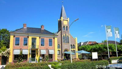 Houwerzijl, in de voormalige Gereformeerde kerk en pastorie is tegenwoordig Theemuseum, theeschenkerij en theewinkel De Theefabriek gevestigd