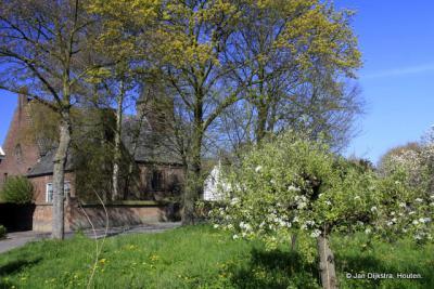 Het kerkje van Hurwenen is door de bomen nog net te zien. Stichting 't Hurns Kerkje organiseert er sinds 2011 door het jaar heen allerlei culturele activiteiten. Het kerkje is ook te huur voor trouwen en rouwen, vergaderingen, concerten, exposities e.d.