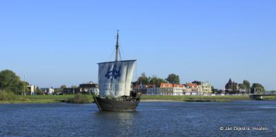 De IJssel bij Kampen met een replica van een Kamper koggeschip