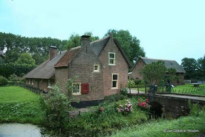 Monumentale pandjes genoeg in Jaarsveld. Dit is het zogeheten Jagershuis met stal op Van Alterenlaan 28.