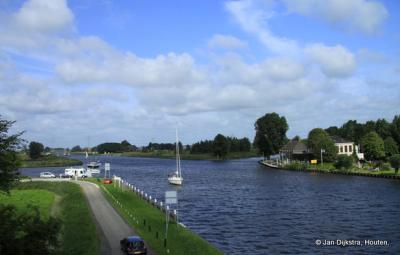 Het Prinses Margrietkanaal met aan de overkant buurtschap Oude Schouw.