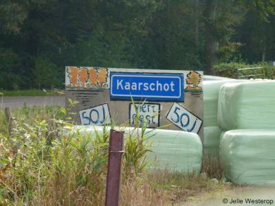 Buurtschap Kaarschot heeft geen plaatsnaamborden. In 2012 hebben er wel tijdelijke, zelfvervaardigde plaatsnaamborden gestaan om te attenderen op het 50-jarig bestaan van de buurt- en carnavalsvereniging.
