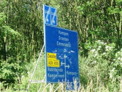 Kamperveen staat in de omgeving als kennelijke plaatsnaam op richtingborden aangegeven, maar die 'plaats' ligt helemaal nergens; het grondgebied van deze voormalige gemeente omvat alleen een zestal buurtschappen...