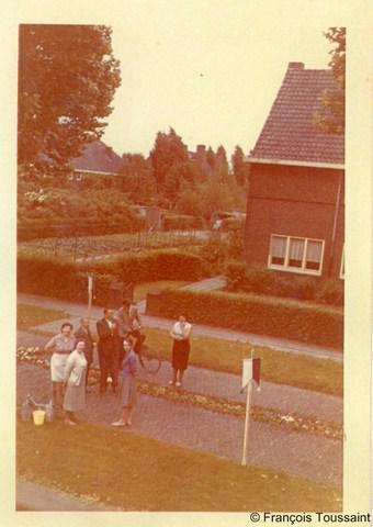 Kerensheide, gem. Beek LB, Kerensstraat, ca. 1962, de inwoners draperen bloemen op de straat voor de aankomende processie