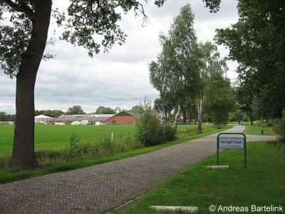 Kerspel Goor, Oude Needseweg. De buurtschap Kerspel Goor heeft, net als de andere buurtschappen in de gemeente Hof van Twente, in 2010 fraaie nieuwe plaatsnaamborden gekregen.