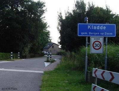 Kladde (buurtschap van Lepelstraat) heeft officiële blauwe plaatsnaamborden (komborden), postaal valt het grotendeels onder het dorp Lepelstraat.