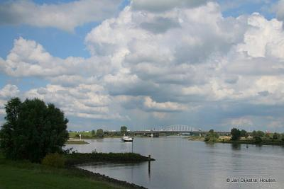 Rivier de Lek bij buurtschap Klaphek, met in de verte de Lekbrug bij Vianen