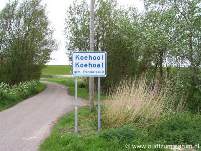 De Friese buurtschap Koehool heeft sinds 2012 plaatsnaamborden, zodat je nu tenminste ter plekke kunt zien wanneer je deze buurtschap binnenkomt en weer verlaat, en er geen gedetailleerde plattegrond of atlas meer voor bij de hand hoeft te hebben.