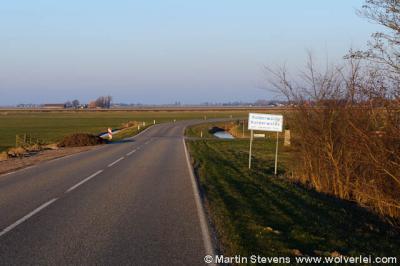 """Kolderwolde, Gaasterlân-Sleat. Naambord met rechts achter het bord het eerste """"Famke"""""""