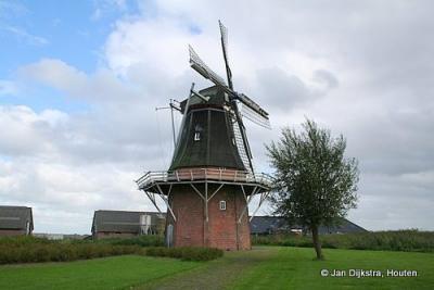 In de loop der jaren is bijna alle bedrijvigheid uit Ganzedijk verdwenen. Maar Udema's Molen, zoals deze sinds 2013 officieel heet, staat er gelukkig nog!
