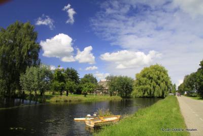 Brede wateren en smalle wegen in Kortrijk.