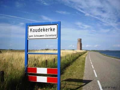 Koudekerke op Schouwen-Duiveland is een van de plaatsen in de categorie 'kleinste plaats van Nederland'. Want het is kennelijk een plaats, omdat er plaatsnaamborden staan, maar het heeft geen huizen en geen inwoners; alleen de kerktoren staat er nog...