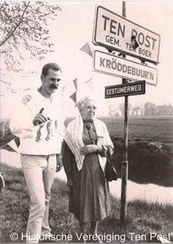 Kröddeburen, de onthulling van de plaatsnaambordjes op 14 mei 1987. Zo te zien hebben ze daarvoor kosten noch moeite gespaard, want ze hebben Freddy Mercury er speciaal voor ingevlogen. Of is het een lookalike? ;-)