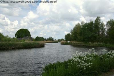 Kromme Mijdrecht en het Z van deze buurtschap gelegen dorp De Hoef liggen aan de rivier Kromme Mijdrecht, die deels gekanaliseerd en deels nog steeds 'krom' is.