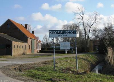 Krommenhoeke (buurtschap van Biggekerke), geheel in stijl heeft het plaatsnaambord van Krommenhoeke ook een 'krommen hoeke'. (Dit plaatsnaambord staat er niet meer.)
