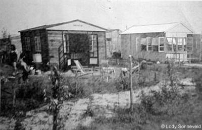 Kruininger Gors, één van de eerste permanente huisjes, in het duingebied N van de Gorslaan.