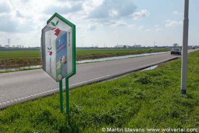 De buurtschap Kruisweg heeft sinds 2007 plaatsnaamborden met haar eigen naam erop. Aan de oostkant staat ook nog een fraai gemeentelijk bord om aan te geven dat men in de gemeente Lansingerland en daarbinnen in de kern Kruisweg aankomt.
