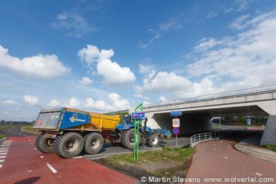 De buurtschap Kruisweg heeft sinds 2007 plaatsnaamborden met haar eigen naam erop (voorheen stonden er borden Bleiswijk). Hier wordt mooi gevisualiseerd dat men de kern Bleiswijk verlaat en de kern Kruisweg binnenkomt.