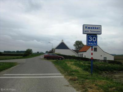 Buurtschap Kwakkel ligt buiten de bebouwde kom en heeft daarom witte plaatsnaamborden, met een adviessnelheid van max. 30 km/uur