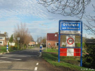 Laag Blokland, t/m 18-8-1857 nog een zelfstandige gemeente, is per 19-8-1857 opgegaan in de gemeente Ottoland, en is tegenwoordig een buurtschap van dat dorp, wat tot uitdrukking is gebracht in de bebording ter plekke.