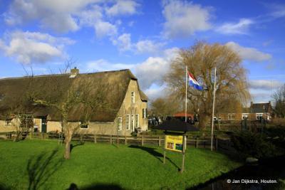 Het dorpje Lageweg heeft twee rijksmonumenten aan de gelijknamige weg, nl. de boerderijen op nr. 41 en (op de foto) nr. 45 (= kaasboerderij Hoogenwaard)