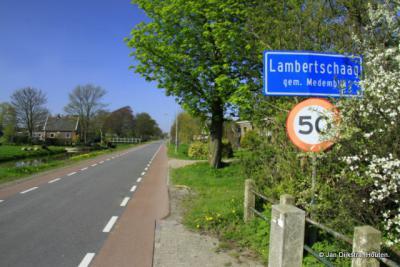 En ineens staan we vanuit Abbekerk in Lambertschaag (de lintbebouwing van beide dorpen gaat naadloos in elkaar over)