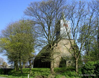 De Hervormde kerk van Lambertschaag is nu nog te zien door de bomen.
