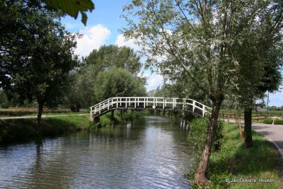 Een kwakel over het riviertje de Lange Linschoten. Zie verder onder het kopje Bezienswaardigheden.