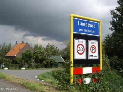 Langstraat is een buurtschap met een kerk, kerntje en bebouwde kom, maar valt voor de postadressen onder buurdorp Achthuizen. Vanouds viel deze plaats onder gem. Ooltgensplaat. In 1966 over naar gem. Oostflakkee, in 2013 over naar gem. Goeree-Overflakkee.