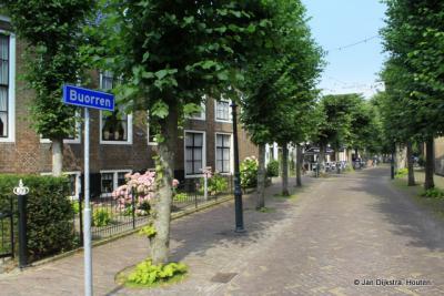 """Langweer, de Buurt heet nu Buorren, meer dan 100 jaar later. Volgens de lokale Sociëteit 1777 """"de mooiste en meest authentieke dorpsstraat van alle kernen in gemeente De Fryske Marren""""."""