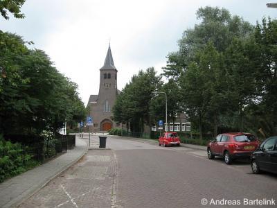 Lattrop, Dorpsstraat, met op de achtergrond de Rooms-Katholieke kerk gewijd aan de heiligen Simon en Judas