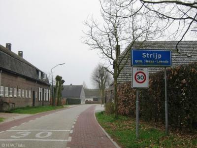 De officiële blauwe plaatsnaamborden willen de argeloze voorbijganger doen denken dat deze buurtschap Strijp heet. Deze borden zijn echter misleidend. Strijp is de volksmondbenaming. De gangbaarste naam voor deze buurtschap is toch echt Leenderstrijp.