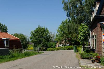 In Oosterwijk kun je aan het eind van de Oudendijk, in de bocht waar deze weg overgaat in de Koenderseweg, rechtsaf buurtschap Klein Oosterwijk in (het deel met de huisnrs. 6-12a). Op de foto zie je aan het eind het pand op huisnr.12a in Klein Oosterwijk.