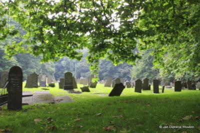 Na de restauratie is de sfeer nog net zo als voorheen van de 165 jaar oude begraafplaats.