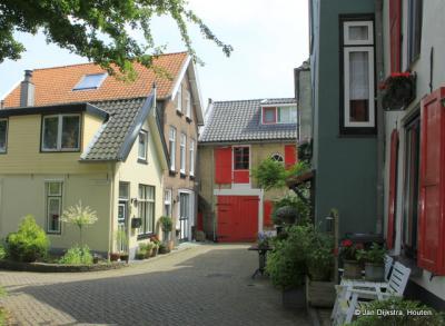 De kleurrijke Achterstraat in Lekkerkerk.