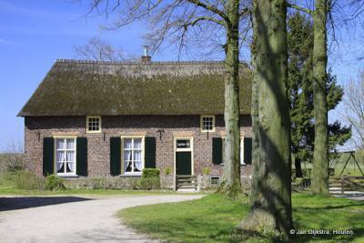 Dwarshuisboerderij vlakbij de kerk in Leur