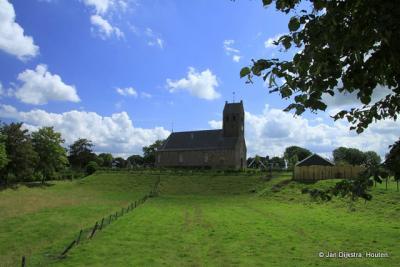 De Hervormde kerk van Lichtaard ligt op een terp.