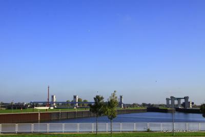 Stuw en sluis in de Maas bij Lith.