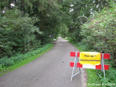 Lonneker, in Twente is het klootschieten een populaire sport. Soms doet men dat op de openbare weg en dan zet men er keurig een waarschuwingsbordje bij, zoals hier aan de Noordergrensweg N van Lonneker.