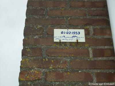 Looperskapelle, op diverse panden in de buurtschap vind je een teken dat aangeeft hoe hoog het water kwam tijdens de watersnoodramp van 1 februari 1953, zoals hier op Kapelleweg 17.