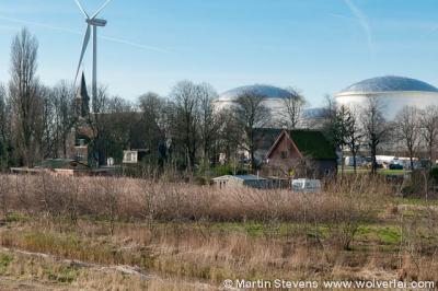 Ruigoord, de tanks aan de westkant en een windmolen aan de zuidkant