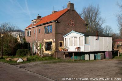 Ruigoord, Amsterdam, Hier mag dus sinds 2000 niet meer gewoond worden. Alleen ateliers zijn nog toegestaan...