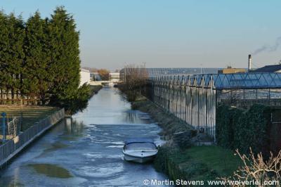 Het dorp Heenweg ligt in het Westland. De dorpskern wordt dan ook door kassen omgeven.
